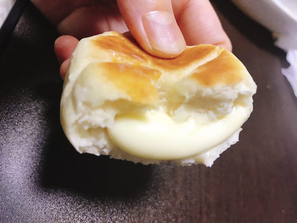 チーズパンの中からチーズがとろり